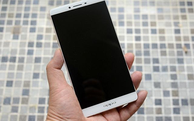 Mất nguồn khiến màn hình điện thoại OPPO chỉ toàn màu đen