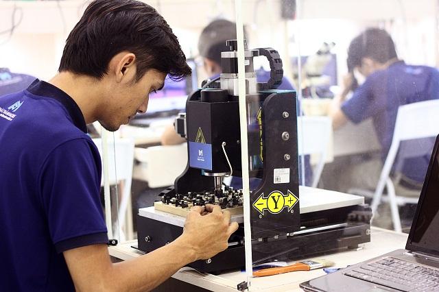 Kỹ thuật Phát Thành đang sử dụng máy CNC