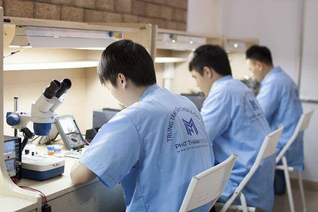 Đội ngũ kỹ thuật sửa chữa iPhone tại Phát Thành